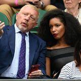 Auf den ersten Blick könnte man glatt denken, dieses Foto zeige Boris Becker mit seiner Ex Lilly am zweiten Tag des Wimbledon Turniers 2021. Doch bei der attraktiven Frau mit den roten Lippen neben ihm handelt es sich um seine neue Freundin Lilian De Carvalho Monteiro. Seinem Geschmack scheint der Ex-Tennis-Profi auf jeden Fall treu zu bleiben.