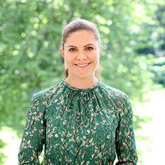 In einer Videobotschaft zeigt sich Kronprinzessin Victoria in einem sommerlichen grünen Kleid. Bei genauerem Hinsehen fällt auf: Das Kleid ist von H&M aus der Conscious Collection – und genau das hatte sie bereits vor einigen Jahren an.