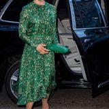 Bereits im März 2018 trug Victoria das grüne Blumenkleid zum Weltwassertag in Stockholm. Stilsicher kombiniert sie das Maxikleid mit beigefarbenen Pumps und farblich passender Clutch.