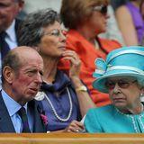 Übrigens: Auch Queen Elizabeth ist für den Sport zu begeistern. Zusammen mit ihrem Cousin, dem Duke of Kent, besuchte die Monarchin 2010 das Tennis-Turnier. Ihrem Gesichtsausdruck nach zu urteilen wäre sie allerdings jetzt lieber auf einer Pferderennbahn ...