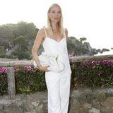 Aber auch die anderen Zuschauerinnen setzen auf simple, aber nicht weniger elegante Looks: Top-Influencerin Leonie Hanne zeigt sich in einer Zweier-Kombi in Weiß. Eine ebenfalls weiße Pouche und Goldschmuck perfektionieren ihr sommerliches Outfit.