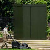 Noch ist die Statue zum Gedenken an Prinzesssin Diana im Sunken Garden des Kensington Palastes in London verhüllt.
