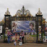 Royale Fans dekorieren den Zaun des Kensington Palastes mit Fahnen und Fotos am Vortag des 60. Geburtstag von Prinzessin Diana.