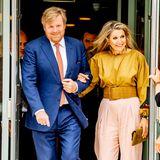 30. Juni 2021  AlsSchirmherren des Oranje-Fonds verleihen König Willem-Alexander und Königin Máxima heutegemeinsam die Zertifikate des Wachstumsprogramms an ausgewählte Organisationen. Flotten Schrittes erscheint dasniederländische Königspaardazu bestens gelaunt in Hilversum.