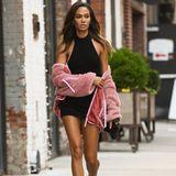 """Hat da etwa jemand kalte Füße bekommen? Anscheinend schon! Bei einem Spaziergang durch die Straßen New Yorks zeigt sich Joan Smalls mal wieder top gestylt. In einem schwarzen Minidress, das ihre langen Beine perfekt in Szene setzt, macht sie ordentlich was her. Umso überraschender fällt die Schuhwahl aus. Das Topmodel greift statt Sandaletten oder Stilettos nämlich zu kuschelig warmen """"UGG""""-Boots, die gerade wieder mega angesagt sind."""