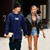 Na, ob sie die Lederjacke wirklich braucht? Egal! Hailey Bieber sieht mit ihrer Lederjacke mit Jeansshorts super stylisch aus. Kein Wunder, dass sie auf dieses Winterpiece auch im Sommer nicht verzichten möchte.