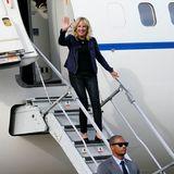 Auch Jill Biden, die amerikanische First Lady, setzt auf diesesimpleOutfitkombination und zeigt sich in einem ganz ähnlichen Look wie Brigitte Macron winkend am Flughafen von Houston – die legere Blau-Kombi ist also schon jetzt ein erprobter First-Lady-Style, den aber auch wir getrost nachmachendürfen.
