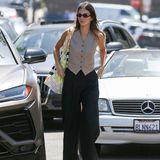 Westen in Kombination mit einem Anzug tragen? Das kann wohl jeder! Kendall Jenner macht kurzen Prozess und trägt das Old-School-Piece einfach als Top und kreiert somit einen super lässigen und stylischen Sommer-Look.