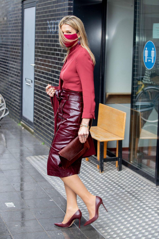 """""""Lack- und Lederröcke im Winter tragen? Das kann jeder!"""" muss sich Königin Máxima bei ihrem neusten Outfit gedacht haben. Während man die steifen Materialien eher in kälteren Monaten sieht, greift Máxima ganz gezielt nach einem Midi-Skirt und kreiert in Kombination mit Bluse und Pumps einen edlen Ton-in-Ton-Look."""