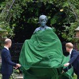 Ein feierlicher Moment, der die Brüder vereint: Gemeinsam enthüllen Prinz William und Prinz Harry die Diana-Staue im Sunken Garden des Kensington-Palastes, ihrem ehemaligen Zuhause.