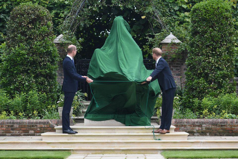 Prinz William undPrinz Harrybei der Enthüllung der Statue zum Gedenken an Prinzesssin Diana im Sunken Garden des Kensington Palast in London.