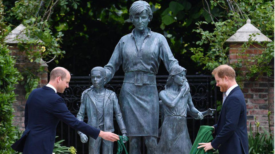Prinz William undPrinz Harry bei der Enthüllung die Statue zum Gedenken an Prinzessin Diana im Sunken Garden des Kensington Palastesin London.