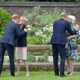 Auch Dianas ältere SchwesternLady Sarah McCorquodaleund Lady Jane Fellowes sind bei der Zeremonie im Garten anwesend und werden von ihren beiden Neffen herzlich in die Arme geschlossen.