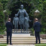 2021  In Gedenken an Prinzessin Diana haben Prinz William und Prinz Harry eine Statue ihrer geliebten Mutter anfertigen lassen. Die beiden Söhne enthüllen das beeindruckende Denkmal feierlich an Dianas 60. Geburtstag imSunken Garden des Kensington Palace.