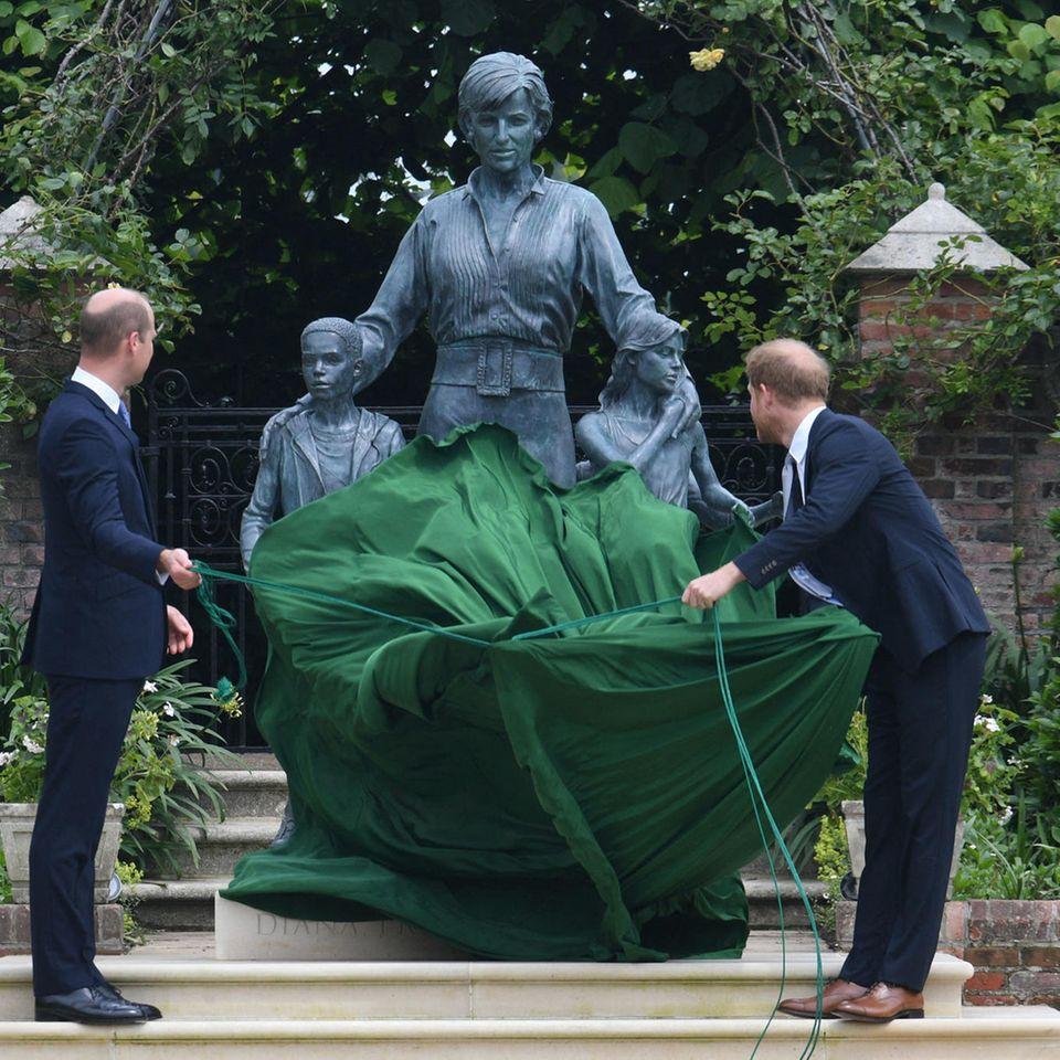 Prinz William und Prinz Harry enthüllen die neue Statue ihrer Mutter.