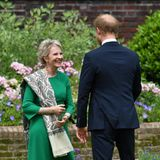 Auch Dianas engste Freundin Julia Samuel gehört zu den ausgewählten Gästen an diesem besonderen Tag. Sie freut sich sichtlich über das Wiedersehen mit Prinz Harry. Gemeinsam ehren und feiern sie Prinzessin Diana an ihrem 60. Geburtstag.