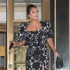 Lady Gaga liebt den großen Auftritt. Entgegen ihrer altenOutfits, bevorzugt die Sängerin seit Kurzem denGrande-Dame-Look. Elegant von Kopf bis Fuß präsentiert sie sich in einer Robe von DesignerGiuseppe Di Morabito und Pumps vonGiuseppe Zanotti.
