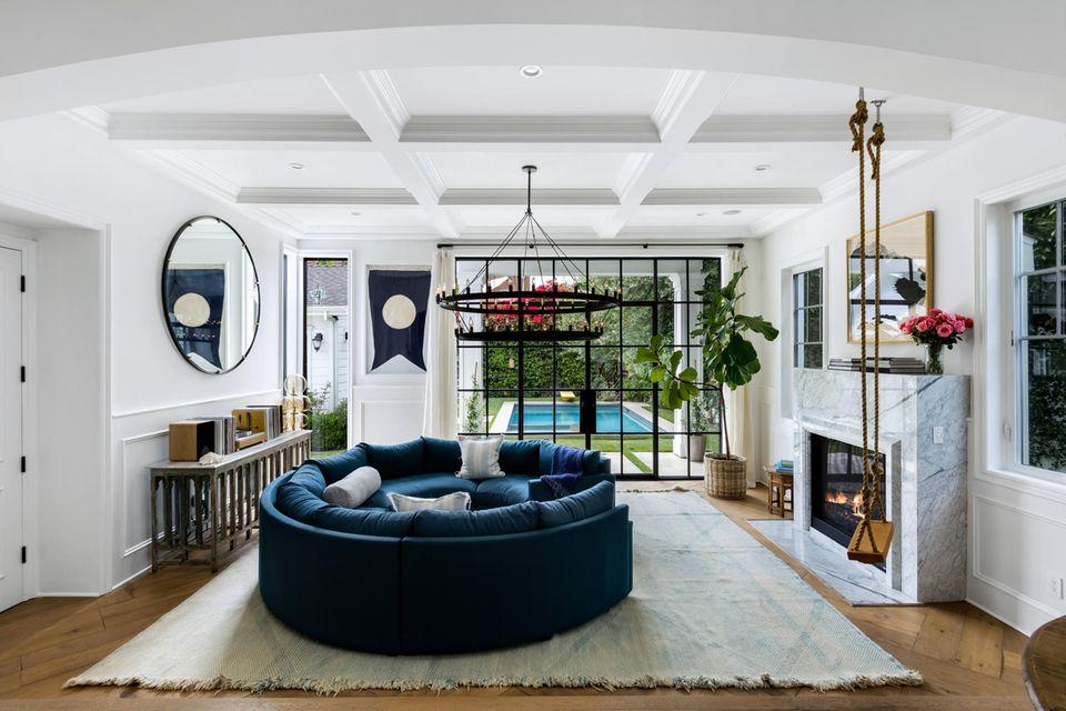 In diesem Sofakreis direkt vorm Marmorkamin lassen sich gemütliche Stunden verbringen.