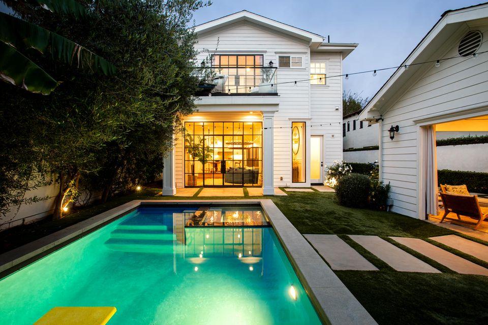 Wer mag darf auch noch abends in den Pool springen.