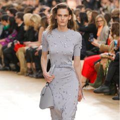 Auch auf dem Laufsteg bei der Präsentation der Herbst- / Winterkollektion 2017/2018 von Nina Ricci ist das Kleid aus leichter Wolle ein stylischer Hingucker. In Kombination mit Stiefeln und Gürteltasche bekommt das Dress allerdingseinen herbstlichen und legeren Touch.