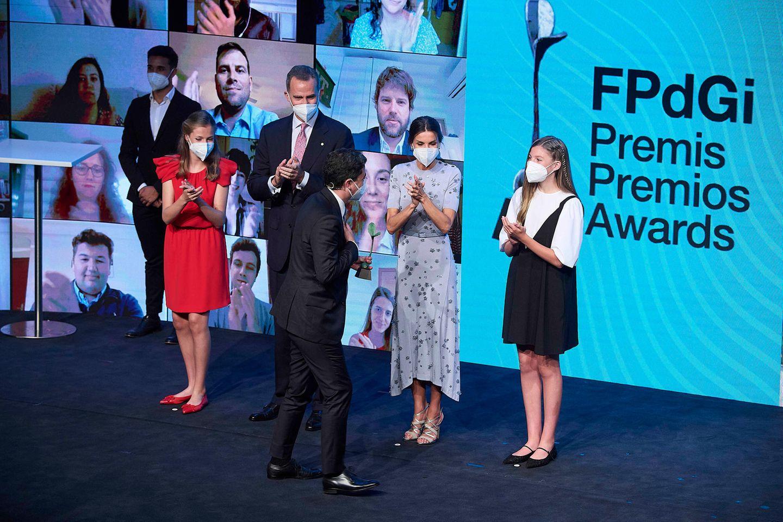 König Felipe und Königin Letizia von Spanien nehmen in Begleitung von Kronprinzessin Leonor und Infantin Sofía an der Preisverleihung der Prinzessin-von-Girona-Stiftung teil und sehen dabei bezaubernd aus. Das Kleid von Letizia ist übrigens kein unbekanntes. Sie trug eszuletztim Jahr 2019.