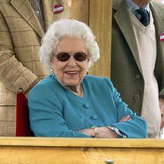 """1. Juli 2021  Queen Elizabeth zeigt sich ausgelassen wie selten bei der """"Royal Windsor Horse Show"""", während sie als Zuschauerin das Pferdesport-Event in Windsor verfolgt. Nach dem harten letzten Jahr der Pandemie und demTod ihres geliebten Ehemannes, Prinz Philip, lässt der Anblick der fröhlichen Königin das royale Fanherz regelrecht aufgehen."""