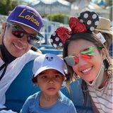 """Gemeinsam mit Freunden und ihren Kids machen Cash Warren und Jessica Alba das Disneyland-Resort unsicher. Stilecht mit Mausohren und Mickey-Maus-Cap flitzen sie von Karussell zu Karussell. Ein ganz besonderer Tag, auf den die Familie rund drei Jahre warten musste, wie Jessica Alba auf Instagram verrät: """"Es ist Hayes erstes Mal hier!"""" Durch die Corona-Krise war es lange Zeit nicht möglich, einen Ausflug in den Freizeitpark zu machen. Jetzt holen sie das aber nach und zeigen ihrem dreijährigen Sohn die tollsten Attraktionen, die das Disneyland zu bieten hat."""