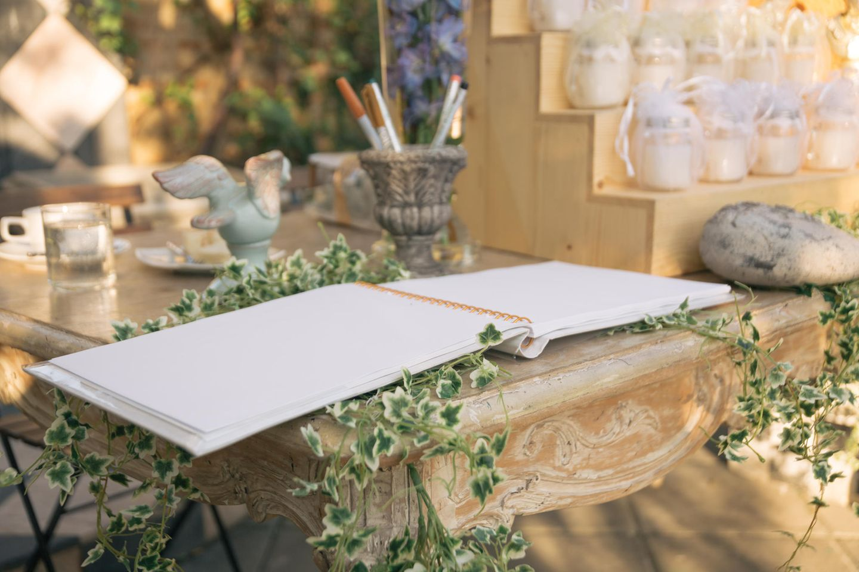 Hochzeitsgästebuch: Gästebuch liegt auf antikem Tisch
