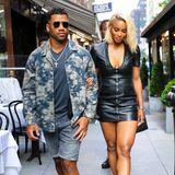 Denn schon einen Tag zuvor – hier noch in New York City – setzt das Paar auf eine ganz ähnliche Kombination. Ebenfalls in einem Mini-Lederkleid und einer auffälligen Muster-Jacke ziehen sie auch auf der anderen Seite des Teichs alle Blicke auf sich.