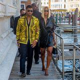 In Venedig lassen es sich Sängerin Ciara und ihrRussell Wilson gerade gut gehen. Das Paar ist soeben mit einer Gondel durch die Kanäle geschippert. Zurück an Land, präsentieren sie den Fotografen ihren Holiday-Look, bestehend aus einem Leder-Kleid (Ciara) und einem auffälligen Versace-Hemd (Russell). Aber irgendwie kommt uns das Styling sehr bekannt vor.