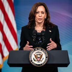 Sie ist die erste Vize-Präsidentin im Weißen Haus: Kamala Harris. Doch die gebürtige Kalifornierin ist nicht nur die erste Frau in diesem bedeutenden Amt, sondern auch die erste Woman of Color und erste Amerikanerin mit indischen Wurzeln, die das Amt des US-Vizepräsidenten im Jahr 2021 erreicht hat. Damit schreibt sie schon jetzt Geschichte und gilt längst als Vorbild für viele Menschen.