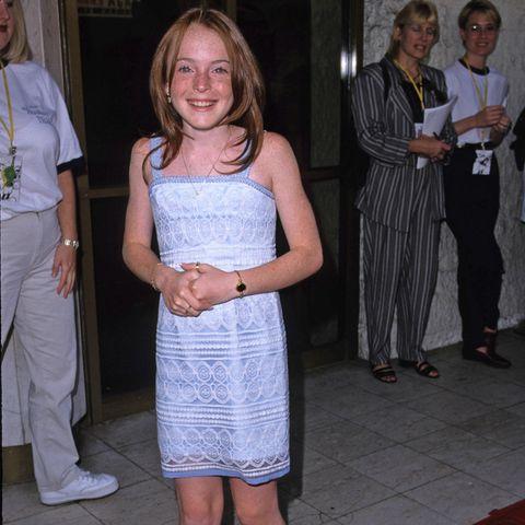 """So haben wir sie kennen und lieben gelernt – bei der Premiere von """"Ein Zwilling komm selten allein"""" lächelt Lindsay Lohan fast noch schüchtern in die Kamera. 23 Jahre später hat sich nicht nur Lindsays Stil verändert, ihr Selbstbewusstsein ebenfalls."""
