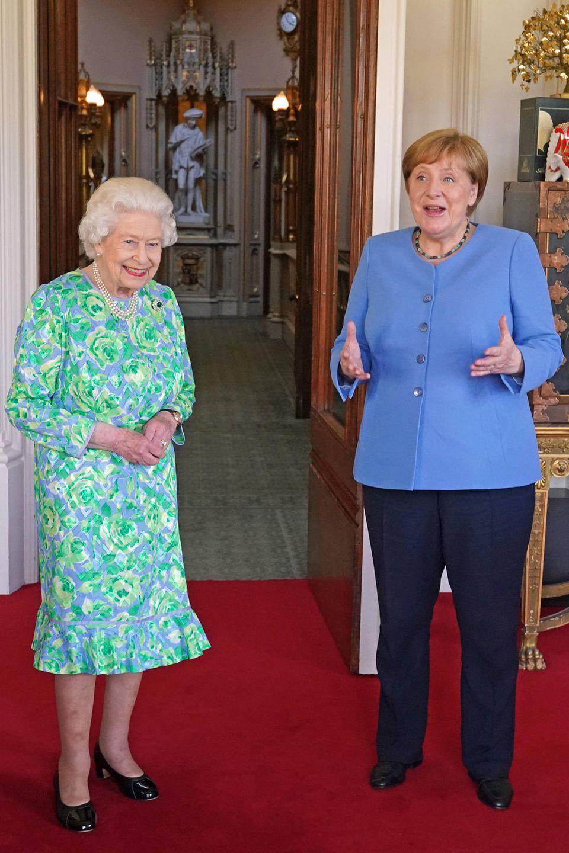 2. Juli 2021  Es ist wohl das letzte offizielle Treffen zwischen Königin Elizabeth und Kanzlerin Angela Merkel. Kurz vor Amtsende lädt die Monarchin die Regierungschefin zur Privataudienz nach Windsor ein. In Zeiten von Corona werden private Audienzen nur selten abgehalten, weshalb das Treffen eine große Ehre für Angela Merkel ist.