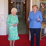 """2. Juli 2021  Auf Schloss Windsor besucht Bundeskanzlerin Angela Merkel an diesem Freitagnachmittag Queen Elizabeth. Die beiden Frauen zeigen sich vergnügtder Presse als, sie im """"Oak Room"""" aufeinandertreffen."""