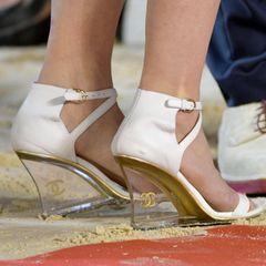 Charlotte Casiraghis Füße zieren weißeChanel-Wedges im Vintage-Look. Der durchscheinende Absatz erweckt den Eindruck, als würde die stylische Monegassin auf Zehenspitzen laufen.