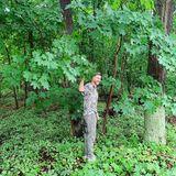 Ein Männlein steht im Walde – in diesem Fall ist es Jochen Schropp. Der Moderator gönnt sich eine große Portion grüne Natur und entspannt beim Wellness-TrendWaldbaden. Übrigens auch ein toller Ort, um sich vor der Sommerhitze zu verstecken.