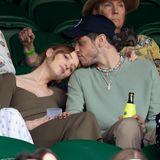 """Lange gab es Gerüchte um eine mögliche Beziehung. In Wimbledon machen """"Bridgerton""""-Star Phoebe Dynevor und Pete Davidson ihre Beziehung offiziell. Um ihren Zusammenhang optischzu unterstreichen, passen die beiden ihre Klamotten farblich einander an."""