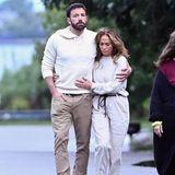 Vor 17 Jahren gelten Ben Affleck und Jennifer Lopez das It-Pärchen, was unter anderem daran liegt, dass die Sängerin ihren Liebsten modisch ein update gibt. Auch bei den jüngsten Bildern fäll auf, dass die beiden sich optisch annähern. Im beigefarbenen Partnerlook zeigen sie ganz deutlich: Wir gehören zusammen.