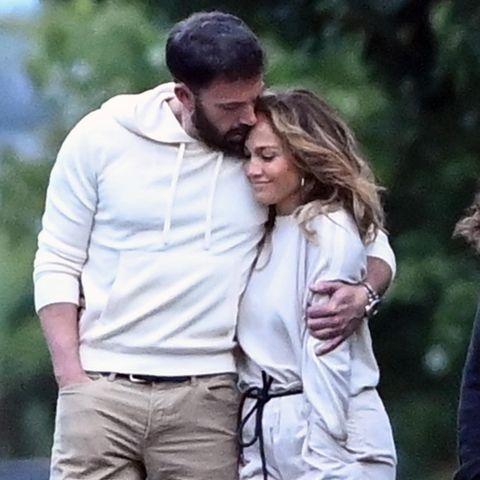 Es scheint fast so, als würden Ben Affleck und Jennifer Lopez ihre Zuneigung für einander in der Öffentlichkeit nicht länger verstecken wollen. Beim Spaziergang in Hamptons Beach kuscheln sie ganz ungeniert. Bei den süßen Bildern fällt eine Sache besonders ins Auge.