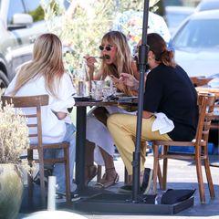 Erst essen, dann shoppen:Beim Lunch in Los Angeles stärken sich Leni, Lou und Heidi Klum sowie Tom Kaulitz, bevor es in einen nahe gelegenen Shop geht. Das Quartett findet ein schattiges Plätzchen unter einem Sonnenschirm und genießt das sommerliche Mittagessen bei über 30 Gradmit kühlen Getränken.