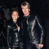 Victoria und David Beckham  Im schwarzen Leder-Partnerlook erscheinen Victoria und David Beckham nur wenige Wochen vor ihrer Hochzeit bei einerVersace-Party in London – das war im Juni 1999. Vier Kinder und viele weitere gemeinsame Jahre folgen und so feiert das Power-Duo im Jahr 2021 seinen 22. Hochzeitstag.