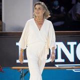 Mit dem Jumpsuit in Wickeloptik von Halston strahlt Prinzessin Caroline zum Global Champions Tour Grand Prix of Monaco moderne Eleganz aus. Dazu kombiniert sie eine Goldkette, einen Armreif undkleine Ohrringe. Es braucht nicht viel für eine große Wirkung.