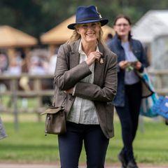 """Gräfin Sophie besucht gemeinsam mit ihrer Familie und Königin Elizabeth dieRoyal Windsor Horse Show. Passend zum Anlass wählt Sophie einen legeren, aber dennoch klassischen Look, bestehend aus: Jeanshose, Blazer und Hemd. Dazu kombiniert sie hellbraune Stiefeletten und einen dunkelblauen Hut, der dem """"Hicks & Brown""""-Modell von Herzogin Catherine zum verwechseln ähnlich sieht."""