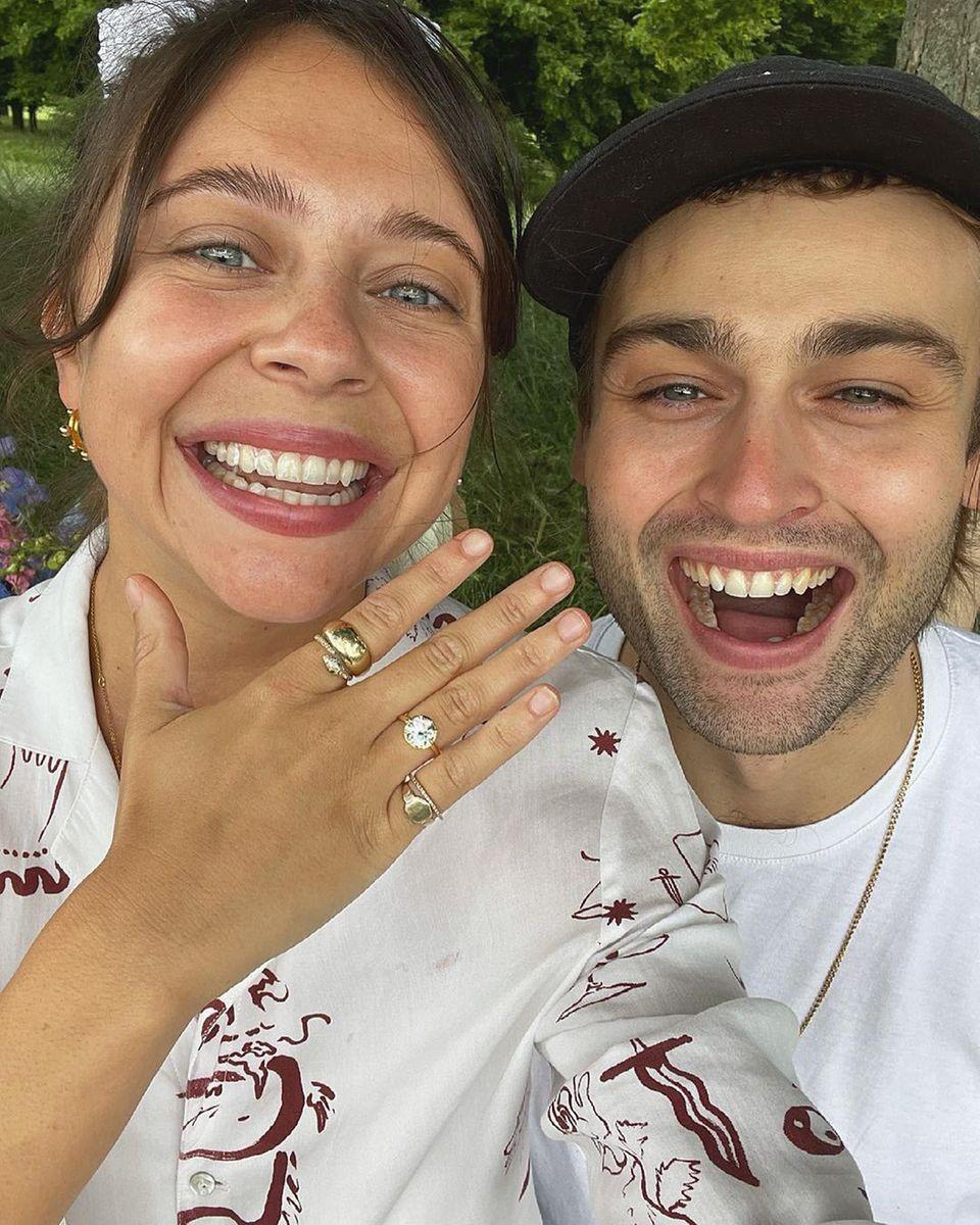 An den Gesichtern von Douglas Booth und seiner Frischverlobten Bel Powley kann man sehr schön sehen, dass so ein glitzernder Diamant-Klunker am Ringfinger richtig viel Freude bereiten kann. Natürlich nur als Symbol für das Eheversprechen.Das Schauspielerpaar verlobte sich ganz romantisch während eines Picknicks in London.