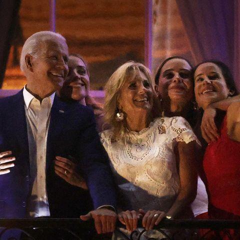 Ein Selfie für das private Familienalbum darf an diesem Feiertag nicht fehlen. Auf dem Balkon des Weißen Hauses posieren Joe Biden und seine First Lady Jill Biden zusammen mit Tochter Ashleyund den beiden Enkeltöchtern für die Kamera. Das darauffolgende Feuerwerk wird mit Sicherheit ein weiterer Höhepunkt dieses Festes.