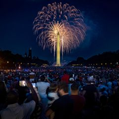 Auch die zahlreichen Gäste am Washington Monument bestaunen das grandioseFeuerwerk, welches als Highlight der Feierlichkeiten gezündet wird.