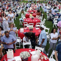Zum geplanten BBQ hat das Präsidentenpaar 1000 Gäste eingeladen, die vor dem Weißen Haus an festlich dekorierten Tischen Platz nehmen dürfen. Bei der Eröffnung lauschen alle gespannt der Rede vonJoe Biden.