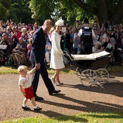 5. Juli 2015  Bei schönstem Sommerwetter schreitet Familie Cambridge an vielen Fans und Zuschauern vorbei RichtungSt. Mary Magdalene Church in Sandringham. Und alle Augen sind nicht nur auf Prinzessin Charlotte im Kinderwagen gerichtet, sondern auf ihren quirligen Bruder Prinz George.