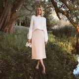 Satin und Wolle – eine Kombination, die wir im Sommer lieben. Denn das metallisch, leichte Material harmoniert einfach ideal mit einer etwas gröberen Wolle. Zarte Farben in Weiß und Rosa geben dem Outfit – ein Komplett-Look von Marc Cain –einen sommerlichen Touch.