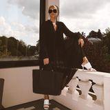 Ein schwarzes Maxi-Kleid lässt sich nicht nur im Winter mit Strumpfhose, Boots und Oversize-Blazer stylen. Im Sommer erhält das Piece in Kombination mitoffenen Sandaletten oder Slippern einen luftigen Twist. Sonnenbrille, Creolen und auffällige Ringerunden das Dressvon Marc Cain perfekt ab.